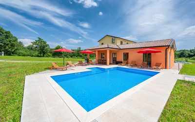 Photo for Holiday house with pool in quiet location