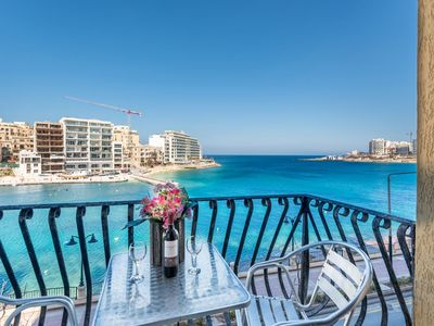 St Julian`s Seafront 3 bedroom Apt.- Air Conditioned, Free WiFi, IPTV,& Kitchen