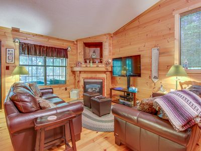 Photo for Adorable & dog-friendly w/hot tub, air hockey, firepit! Close to state park!