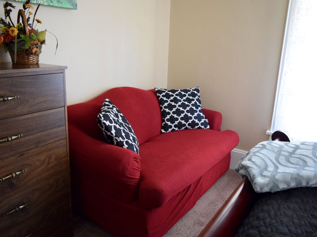 300MB Internet - 65 in. TV - Breakfast - Huge 4BR 2 BA - 2 Min Walk to Downtown!