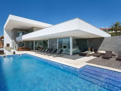 Photo for This 5-bedroom villa for up to 10 guests is located in Ferragudo and has a private swimming pool, ai