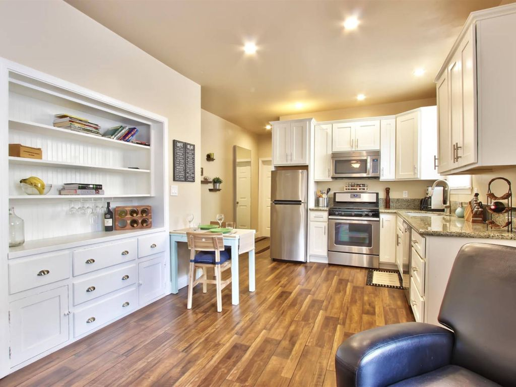 Marvelous Midtown stay with a Modern Twist! - One Bedroom Apartment, Sleeps 4