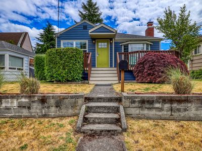 Breathtaking home w/furnished deck near Alki Beach and minutes from downtown!