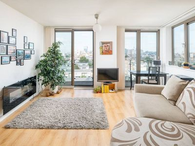Photo for Charming 1 Bed Apartment w/Balcony in Shadwell