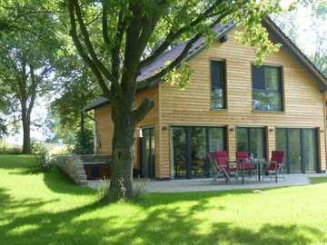Lake House Hohenfelden-Erfurt-Weimar with private jetty and rowing boat