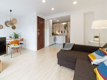 SUPERB LOCATION FOR DISCOVERING VALENCIA, STILYSH & CENTRAL WITH BALCONY.