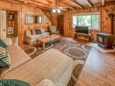 Photo for Charming and inviting mountain retreat w/deck - walk to Shaver Lake Village!