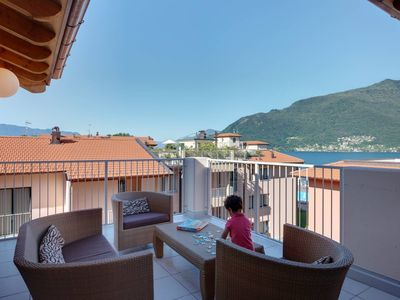 Photo for Lakeside penthouse apartment with pool, jacuzzi, bike hire, WIFI
