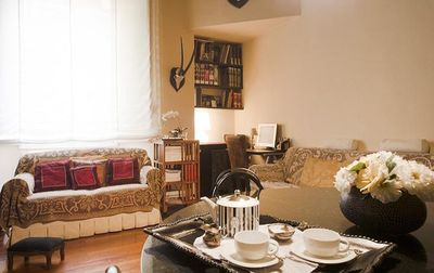 "An apartment furnished with ""travels"", for those who love to feel at home."