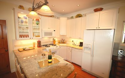Fully equipped kitchen with granite, immaculately clean & new