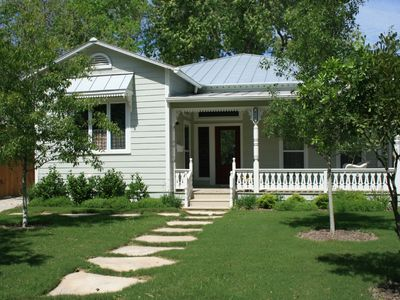 Walk downtown, tubing, Wurstfest! Charming 1908 renovated, easy access Comal Rvr