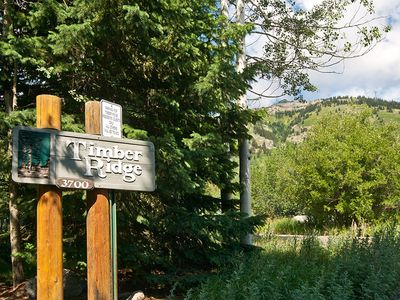 Conveniently located in Timber Ridge.  A 100 yd walk to the Moose Creek lift.