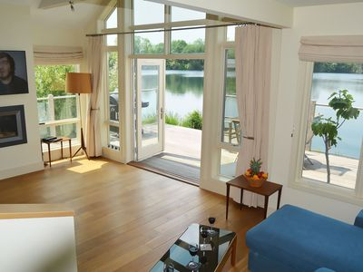 Stunning New England style lakeside retreat in the Cotswold Water Park with hot tub. Pet friendly