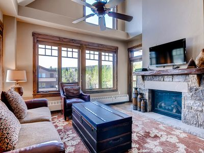 Photo for Beautiful condo w/ vaulted ceiling, shared outdoor pool/hot tubs
