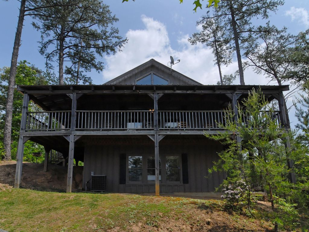 Secluded setting mountain view access to fishing pond for Pigeon forge cabins with fishing
