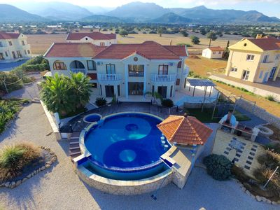Million Dollar Mansion with Huge Infinity Pool, Jacuzzi and swim up Pool Bar