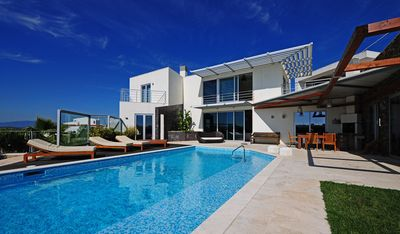 Photo for Villa Vista Rio - Beautifully appointed 4 bedroom luxury villa with pool. Easy walk to centre!