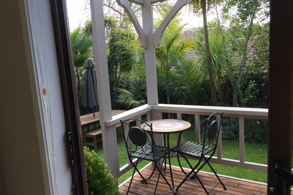 Modern one bedroom 5 minute walk from beach