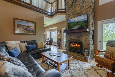Flat Top Lodge living area with gas log fireplace, leather sofas, TV