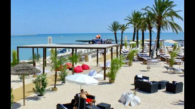 Photo for TOP LOCATION Beaches, Restaurants, Bars, Shopping at 50M of the apartment (2ch / terrace)