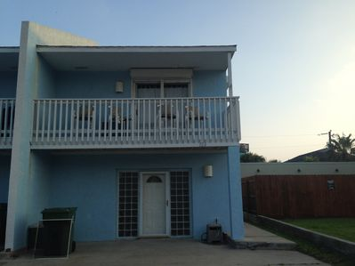 2 beach access points located 1/4 block away