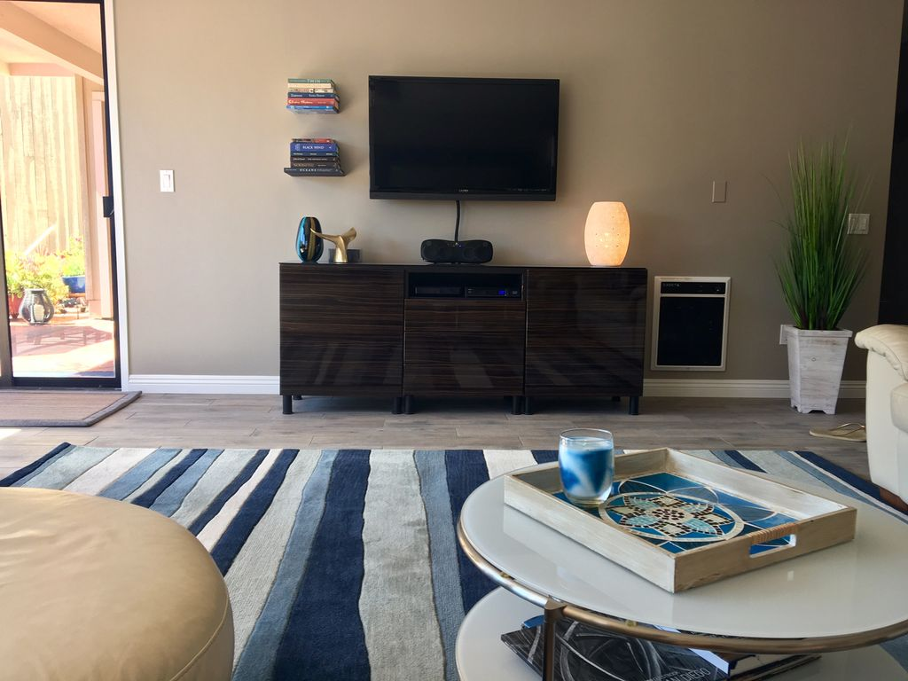 La Jolla Condo Rental   Living Room With Access To Outdoor Patio