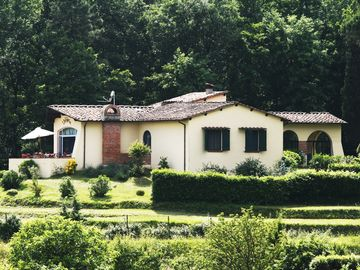 Detached villa with pool 6km away from Lucca and 18 from the beach