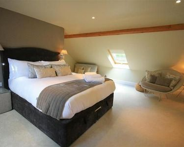 Photo for The Lodge at Larchmont is beautifully decorated and newly equipped 1 bed cottage
