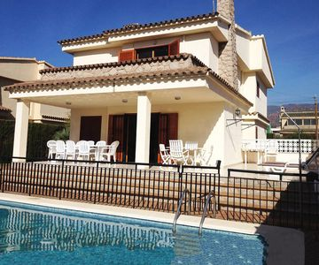 Photo for Detached villa with pool 400m from the beach