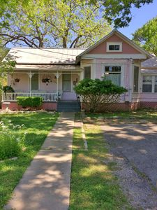 Quaint and Cozy Victorian Home, Close to Gruene, Schlitterbahn, and Downtown!