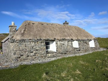 Taigh Ailean, Beautiful thatched cottage, Berneray