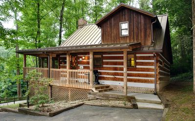 Cozy Romantic Cabin with Pool Table, Short Walk to Downtown Gatlinburg