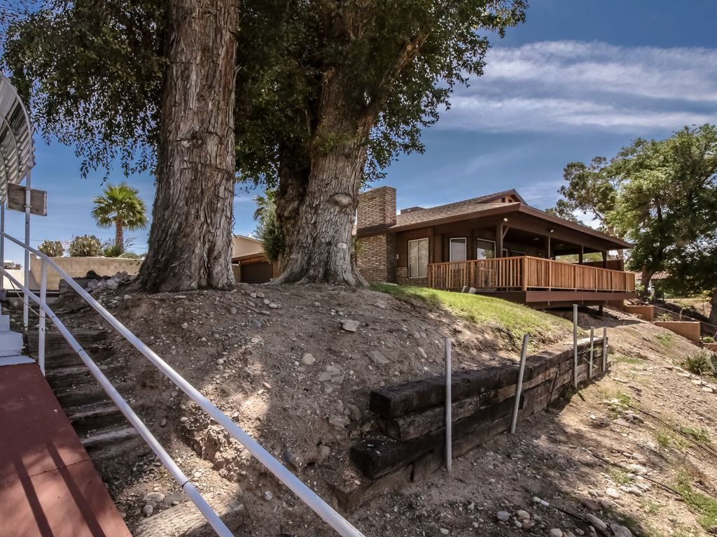 Riverfront 3bd sleeps 10 1 king 1 queen 1 twin full for Laughlin cabins