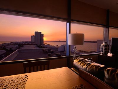 PENTHOUSE HIDEAWAY: BEACH LOVERS' ROMANTIC HAVEN - VIEWS to INFINITY!
