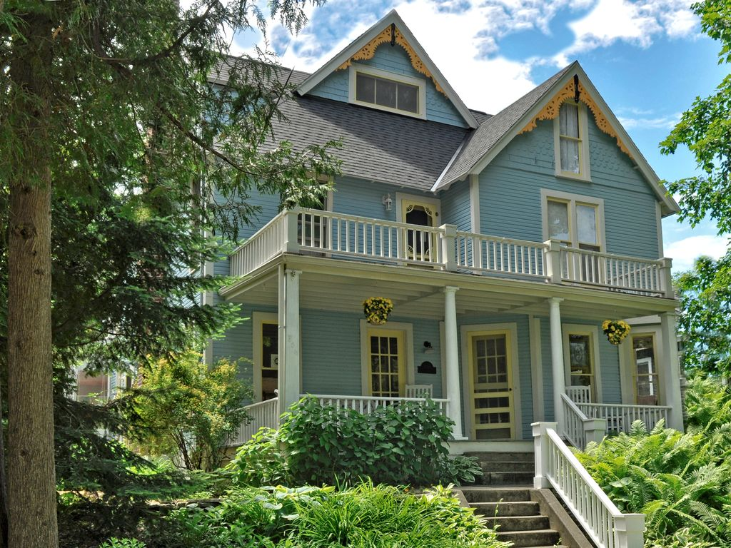 Beautifully Renovated Victorian Cottage In Vrbo