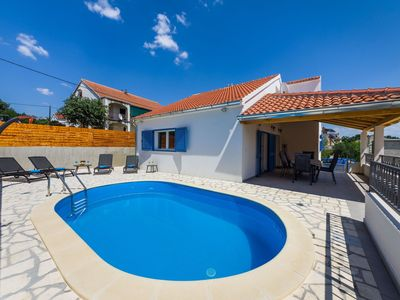 Photo for Lovely holiday home with private swimming pool, charming covered terrace, BBQ