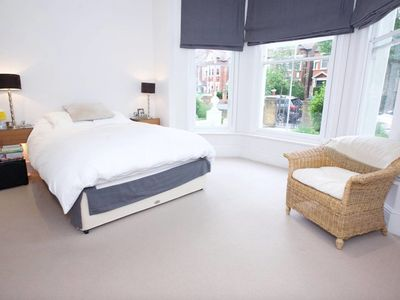 Photo for Modern 2-bed flat in Clapham with large garden