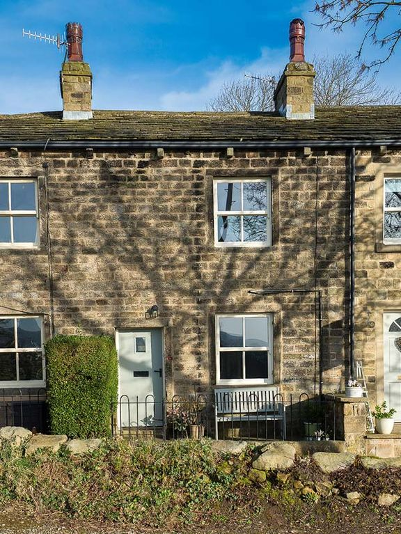 BEACON COTTAGE, pet friendly, with open fire in Addingham, Ref 954281