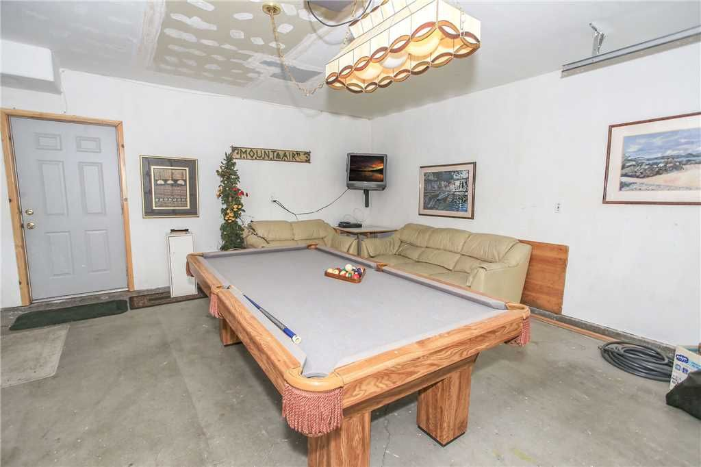 Abe's Cool Cabin - Hot Tub, WiFi and Foosball Table! Awesome game room!