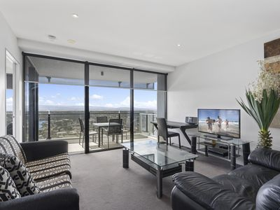 Photo for Circle on Cavill - 1 Bedroom + Study Hinterland View