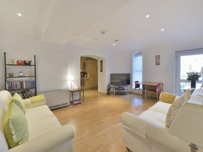 Photo for Globe View 1B apartment in City of London with WiFi & lift.