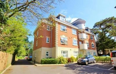 11 Hartford Court. Ist floor self catering apartment. Lift access and parking