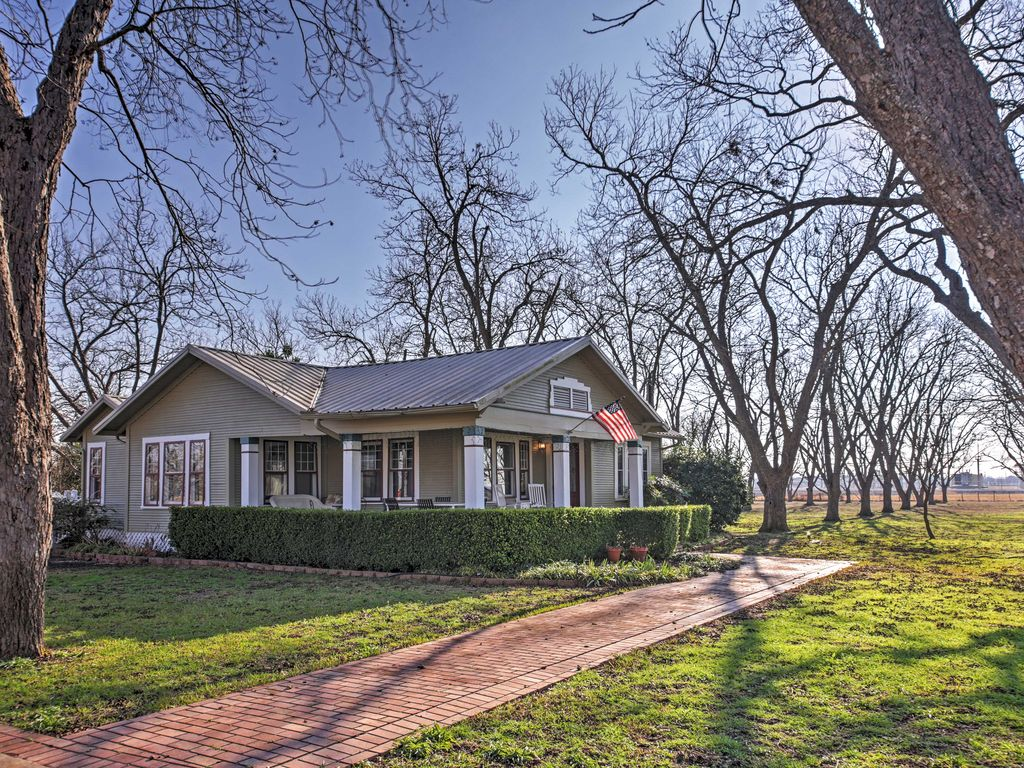"""The Nuthouse"" 3 Bedroom Restored Farmhouse on Pecan Orchard"