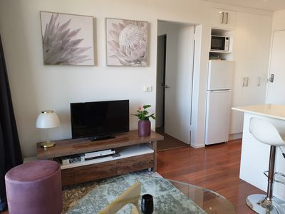Woden Modern Apt|Balcony|8 mins to City|Walk to Woden|Parking |Wifi