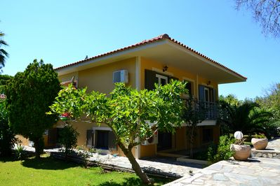 Cute 2 bedroom apartment locates only 2 minutes walk from Makris Gialos beach