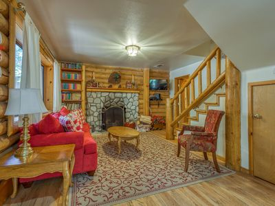 Photo for Spacious dog-friendly cabin - close to town & attractions