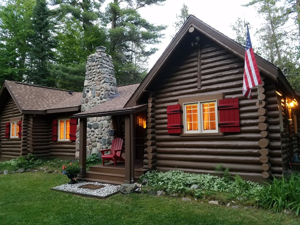 Gold fox lodge luxury vintage riverfront log cabin for Michigan romantic cabins