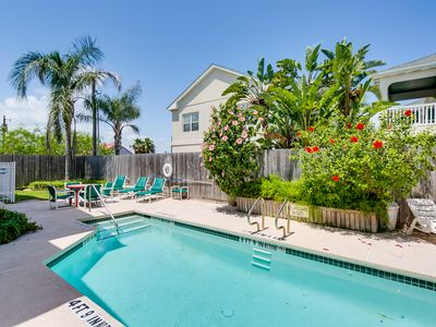 Photo for Bright contemporary condo w/shared pool & great location for easy beach access