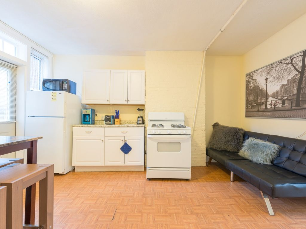 LITTLE ITALY, Authentic 3 Bedroom Apartment!