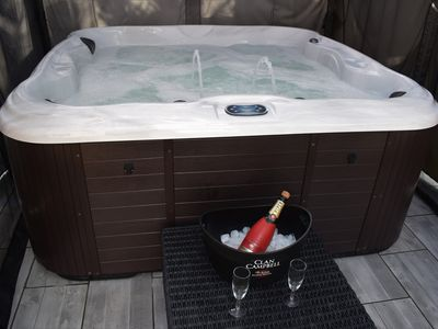 Photo for Trendy studio London jacuzzi / outdoor pool